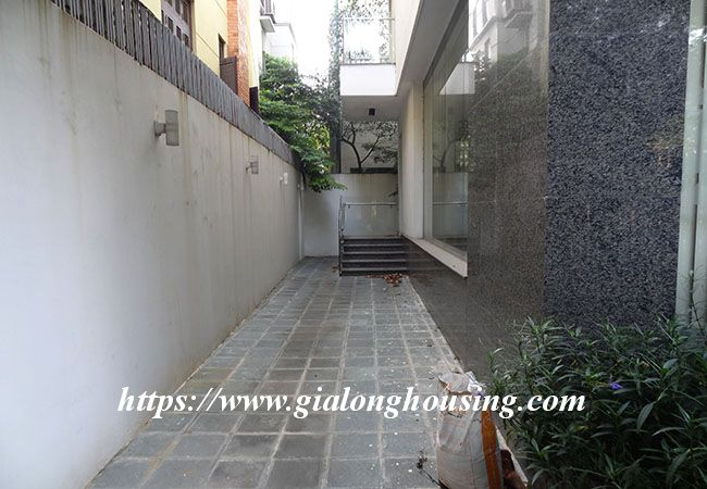 Big house for rent in Lac Long Quan, no furniture 4