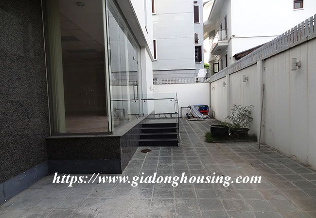 Big house for rent in Lac Long Quan, no furniture 5