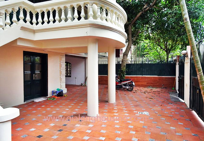 House with front courtyard on To Ngoc Van, Tay Ho for rent 3