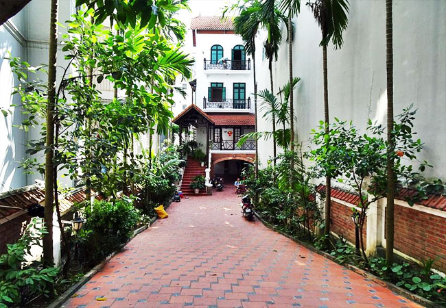 Gorgeous large villa with garden to let in the To Ngoc Van street